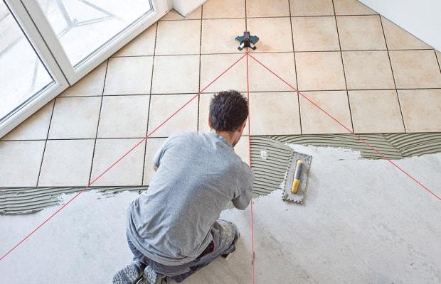 Нанесення розмітки на підлогу перед стеленням плитки
