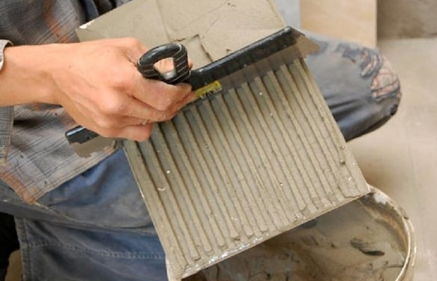 Широкий шпатель для укладання плитки