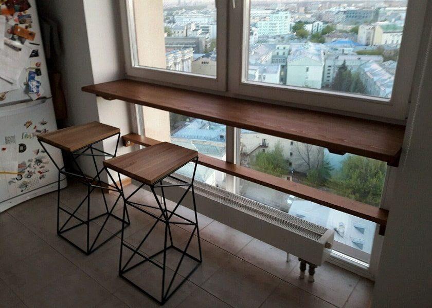 робоче місце біля вікна