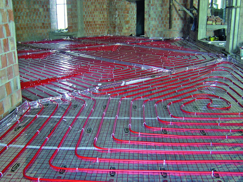 Труби теплої підлоги покриті стяжкою підлоги - Ефективне опалення приватного будинку