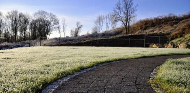 зробити садові доріжки в саду на нерівній землі
