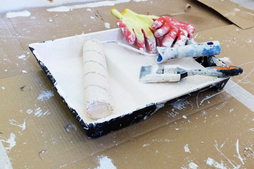 Фарбувати стіни пензлем чи валиком. Що краще?
